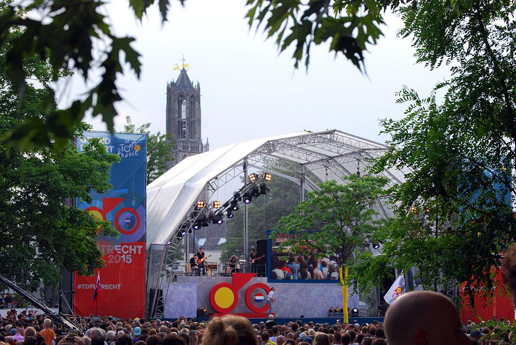 Ploegenpresentatie op Lepelenburg met zicht op de Dom